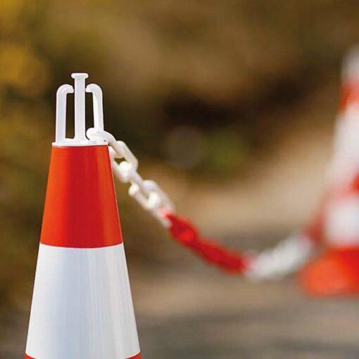 Ganchos de balizamiento adaptables en conos de señalización 1